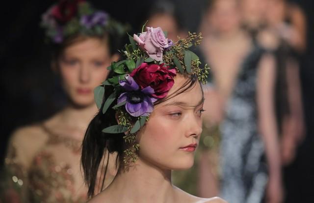 Flores reais decoram a cabeça da Marchesa (Foto: Getty Images)