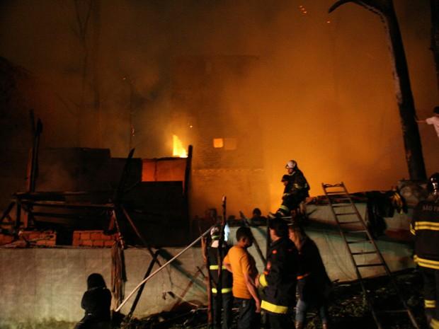 Incêndio heliópolis  (Foto: Edison Temoteo/Futura Press/Folhapress)