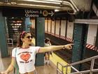 Giulia Costa mostra estilo e faz pose em metrô de Nova York