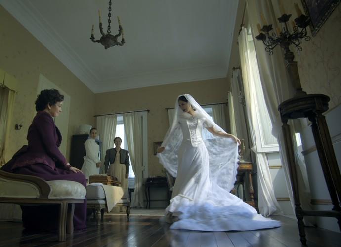 Melissa fica toda feliz ao experimentar o seu vestido de noiva (Foto: TV Globo)