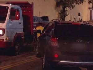 Acidente entre carro roubado e o caminhão, durante a fuga do assaltante (Foto: Reprodução/TV Tribuna)