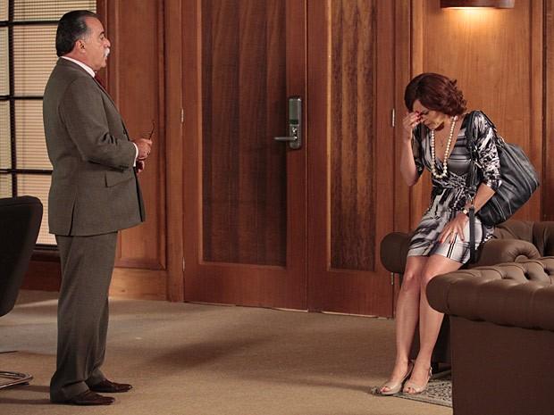 Ela até chora no escritório de Otávio (Foto: Guerra dos Sexos / TV Globo)