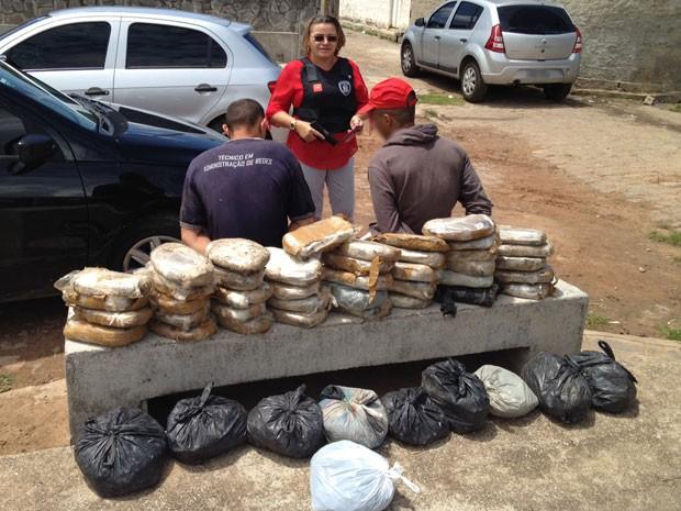 Polícia Civil desenterrou mais 50 Kg de maconha na casa de um dos suspeitos, no bairro do Renascer (Foto: Walter Paparazzo G1/PB)