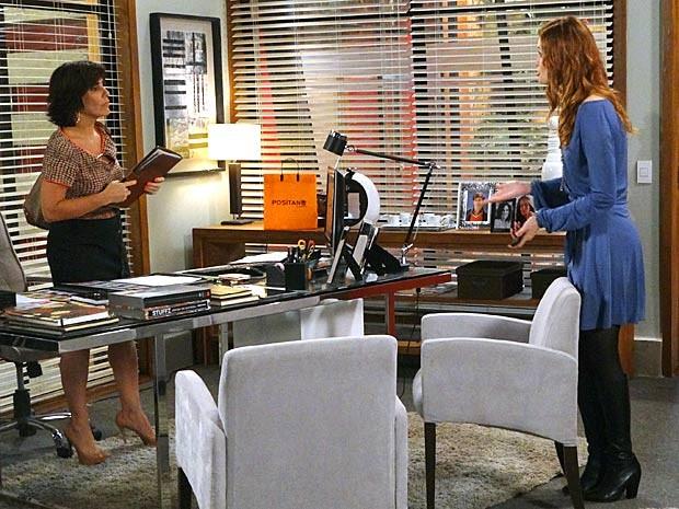 Veruska se faz de eficiente para tentar enganar Roberta (Foto: Guerra dos Sexos / TV Globo)