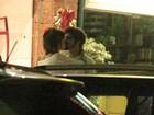 Em jantar romântico, Caio Castro e Maria Casadevall trocam beijos