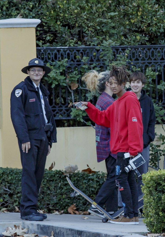 Jaden Smith é abordado por policial (Foto: AKM-GSI)