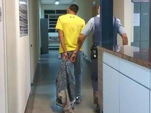 Um dos suspeitos de roubar celular e milho de pipoca é preso em Piracicaba (Foto: Valter Martins/Piracicaba em Alerta)