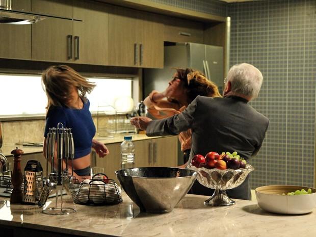 Danielle não aguenta e parte para cima de Amanda  (Foto: Carol Caminha/TV Globo)