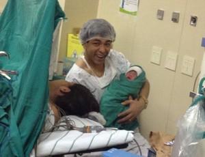 Luan, atacante do Atlético-MG, com a filha Lara (Foto: Reprodução/Facebook)
