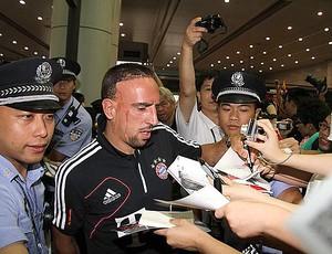 Ribery no desembarque do Bayern na China (Foto: Divulgação)