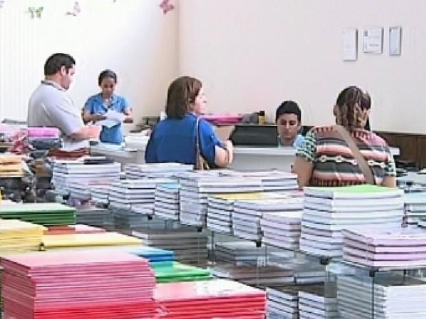Sugestão do Procon é pesquisar, já que há bastante opções de livrarias.  (Foto: Reprodução/TV TEM)