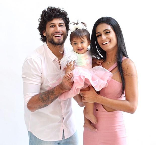 Jesus Luz e Carol Ramiro com a filha, Malena (Foto: Thalita Castanha)