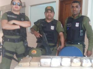 Policiais apreenderam 8,2 kg de maconha com suspeita que desembarcou em terminal de ônibus de Paragominas (Foto: Divulgação / Polícia Militar)