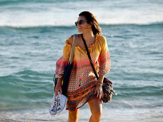 Bruna Marquezine com óculos Ray Ban e vestido Anthropologie (Foto: TV Globo)
