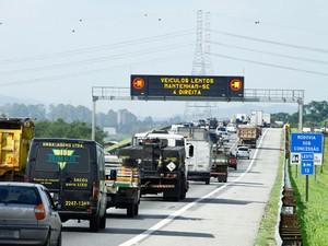Trânsito ruim na saída de São Paulo pela Rodovia Ayrton Senna (Foto: Luis Moura/Estadão Conteúdo)