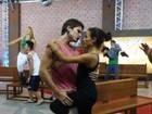 Cheio de ginga, Jonatas Faro mostra pegada com bailarina em ensaio