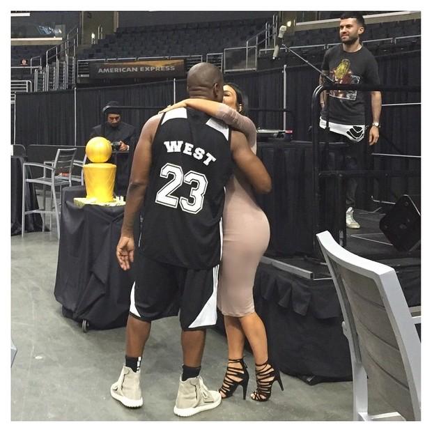 Kim Kardashian da beijo em Kanye West (Foto: Instagram / Reprodução)