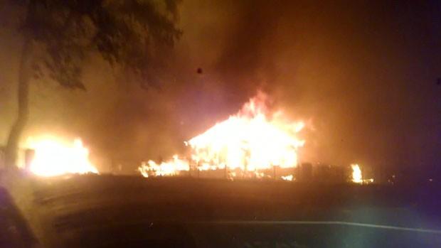 Um cinegrafista amador filmou sua fuga de um incêndio de grandes proporções que atingiu o norte da Califórnia, nos Estados Unidos (Foto: BBC)