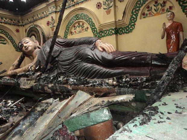 Estátuas queimadas no templo budista de Shima Bihar, em Ramu, Bangladesh, neste domingo (30) (Foto: AFP)