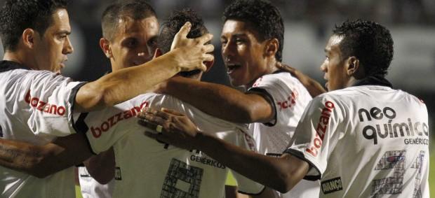 Jogadores do Corinthians comemoram gol contra o Táchira (Foto: Gustavo Tilio / globoesporte.com)