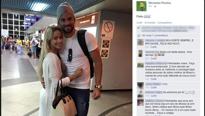 Ao lado de Babi Muniz, Weverton posta foto no aeroporto de Rio Branco (Foto: Reprodução/Facebook)