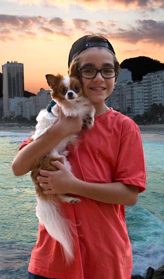 Xande Valois, que grava 'Se eu fechar os olhos agora', com seu chihuahua. O cão foi presente de uma fã (Foto: Luís Teixeira Mendes)