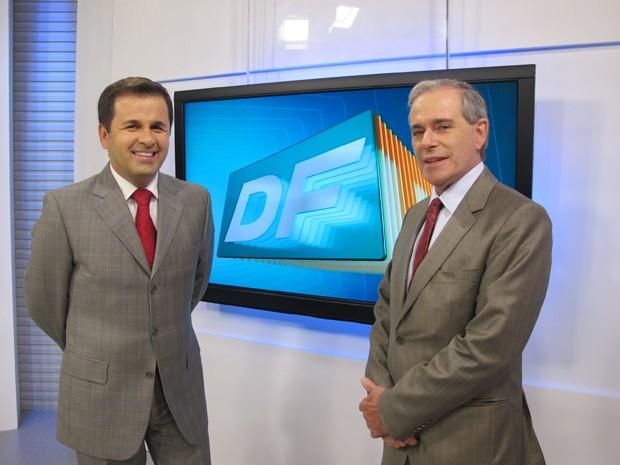 Antônio de Castro, atual âncora, ao lado de Carlos Campbell no estúdio do DFTV (Foto: Felipe Néri)