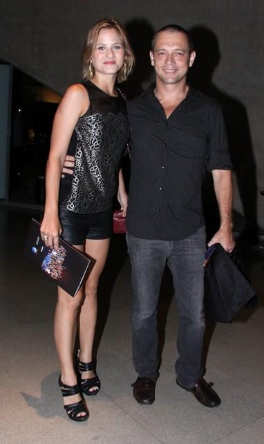 Luiza Valdetaro com o marido em estreia de musical no Rio (Foto: Alex Palarea e Felipe Panfili/ Ag. News)