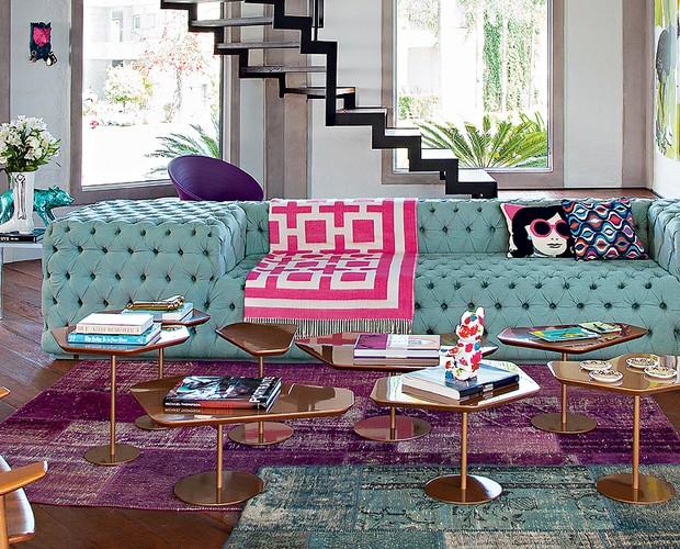 """O ponto de partida para a decoração colorida foi a aquisição de um sofá esverdeado com capitonê. """"Adoro a geometria desse desenho"""", conta a moradora Milena Neves Roman (Foto: Cacá Bratke/Casa e Jardim)"""
