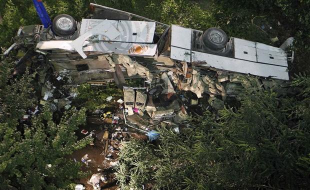 Veículo destruído em acidente na cidade de Avellino, na Itália, após queda de viaduto. (Foto: Ciro De Luca/Reuters)