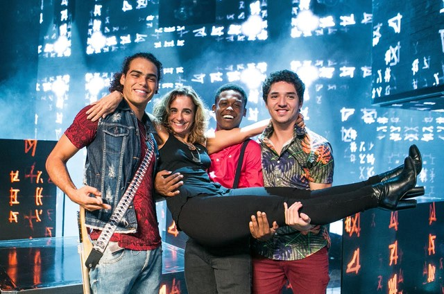 'Rock story': Maria de Médicis no colo do Enzo Romani, Maicon Rodrigues e João Vitor Silva (Foto: Raquel Cunha/TV Globo)