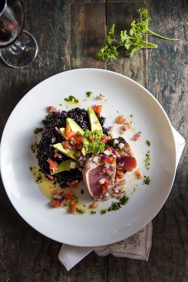Atum selado com arroz negro, avocado e vinagrete  (Foto: Ligia Skowroski)