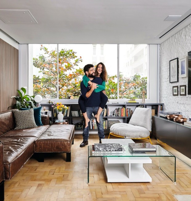 Living. Kanô e Guisele estão entre o sofá Less, do estudio bola, e a poltrona C26, da Carbono Design. Almofadas da Regatta Tecidos, mesas laterais da Tok & Stok (Foto: Victor Affaro / Editora Globo)