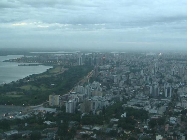 Quarta-feira (28) amanhece com tempo nublado em Porto Alegre (Foto: Reprodução/RBS TV)