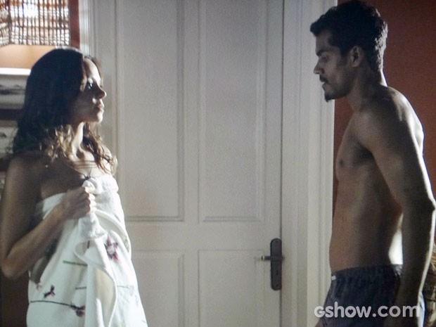 Juliana e Jairo não resistem à atração (Foto: Em Família/TV Globo)