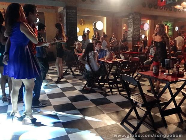 Tina flagra os dois... (Foto: Sangue Bom / TV Globo)
