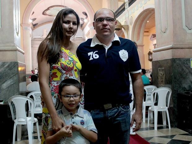 Família inteira assistiu a missa reunida nesta noite de Natal (Foto: Mônica Dias/G1 AM)