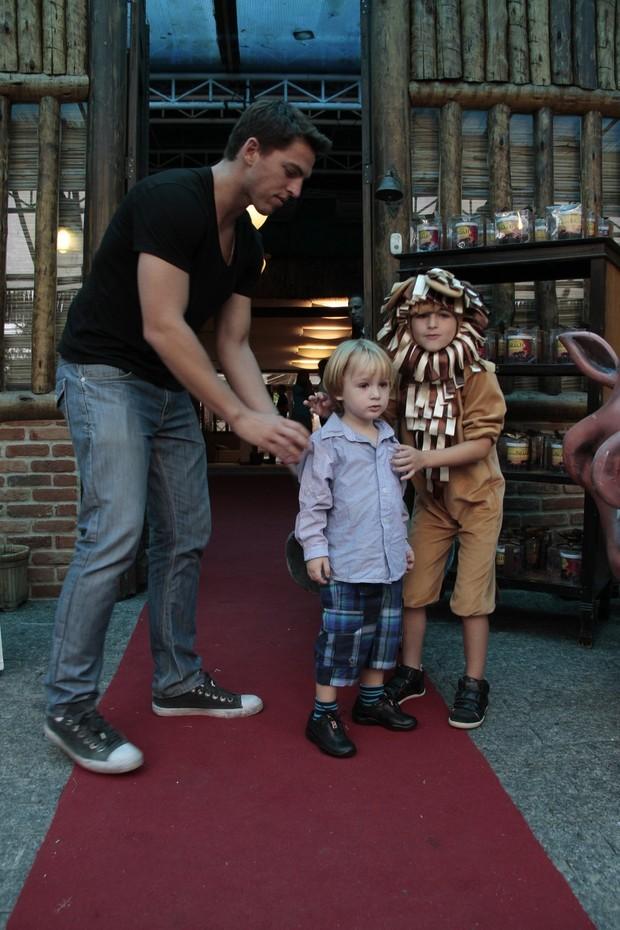 Amaury Nunes com Noah e Guy, filhos de Danielle Winits (Foto: Isac Luz / EGO)