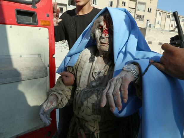 Mulher ferida segue para a ambulância depois de ataque em Hanano, bairro oriental da cidade síria de Aleppo (Foto: Zein Al-Rifai/ AFP)