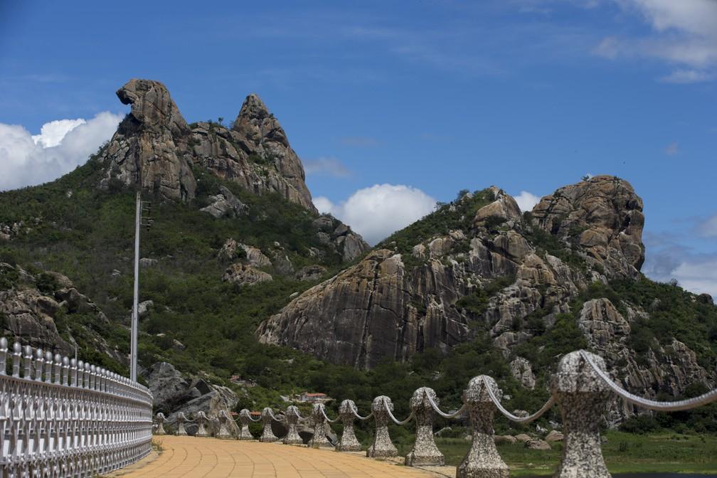 Monólito mais conhecido de Quixadá, a Pedra da Galinha Choca fica no entorno do Cedro, o primeiro açude construído no Brasil, entre 1890 a 1906 (Foto: Cid Barbosa/Diário do Nordeste)