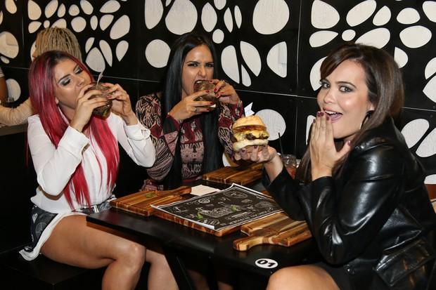 Musas saem da dieta em evento (Foto: Thais Aline/ Agência Fio Condutor)