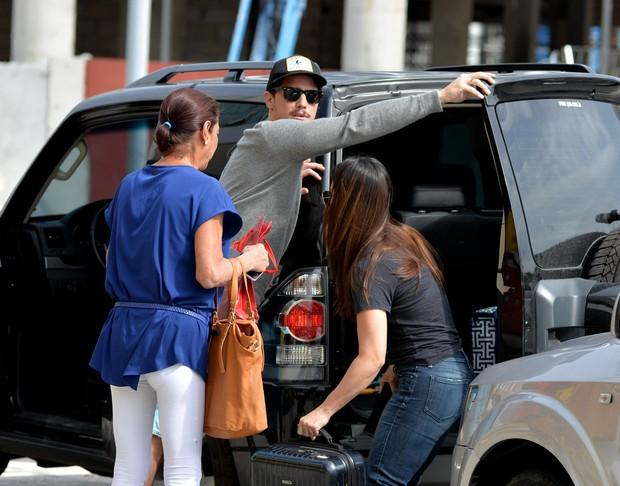Rômulo Neto deixa Cléo Pires no aeroporto  (Foto: William Oda/Agnews)