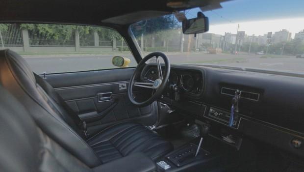Capas dos bancos e detalhes em couros são novos, o interior do Camaro 1974 está zerado (Foto: Reprodução)