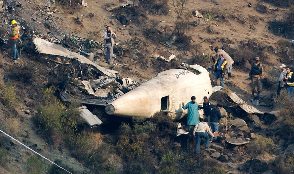 Aeronave ATR-42 da companhia aérea Paquistão International Airlines (PIA) se chocou na quarta-feira contra uma montanha no norte do país asiático (Foto: B.K. Bangash/AP)