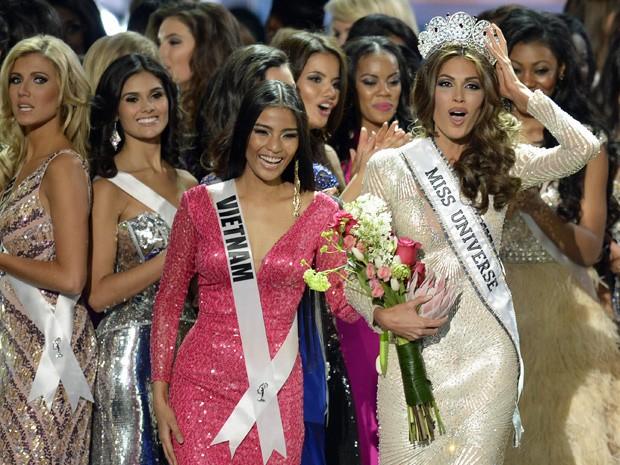 A Miss Universo 2013, Gabriela Isler, teve que segurar a coroa durante a premiação em Moscou (Foto: Alexander Nemenov/AFP)