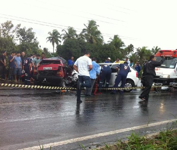 Carros se chocaram na BR-101 entre Natal e Parnamirim (Foto: Gustavo Negreiros)