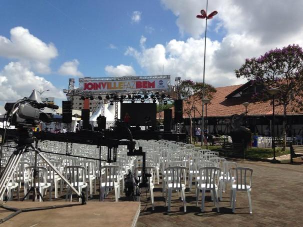 Estrutura para receber o Jornal do Almoço e shows foi montada em frente ao Mercado Público (Foto: Lisandra Nienkoetter/RBS TV)