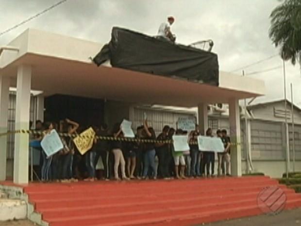 Alunos do IFPA de Tucuruí protestam contra PEC 241. (Foto: Reprodução/Tv Liberal)