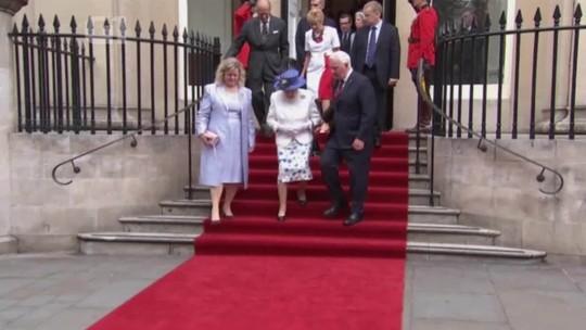 Governador-geral do Canadá quebra protocolo ao tocar braço da rainha Elizabeth