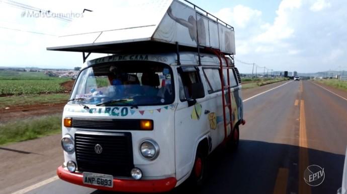 Denis Menezes e Hugo Delariva viajam em uma perua Kombi apresentando o projeto 'Nóis na Kombi' (Foto: reprodução EPTV)